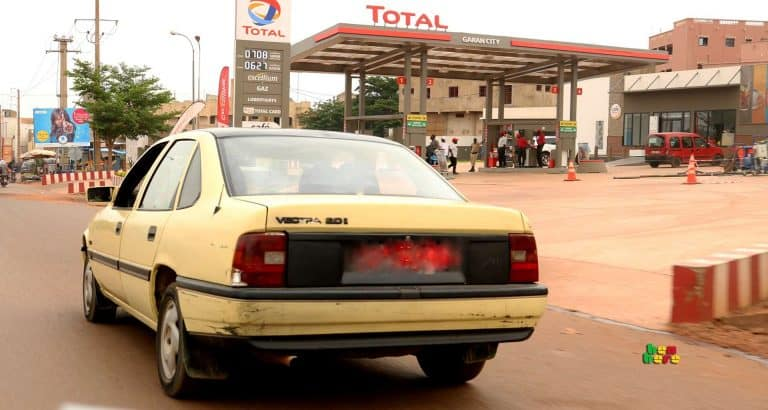 policier chauffeur taxi chauffeur policier taxi_circulation_routière_Bamako_Mali Benbere