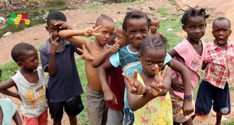 enfance Enfants_rue_fille_garcons_Bamako_Mali Benbere