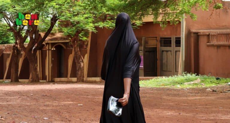belle mere maltraite famille pauvre Femme_Malienne_rue_maison_Bamako_Mali