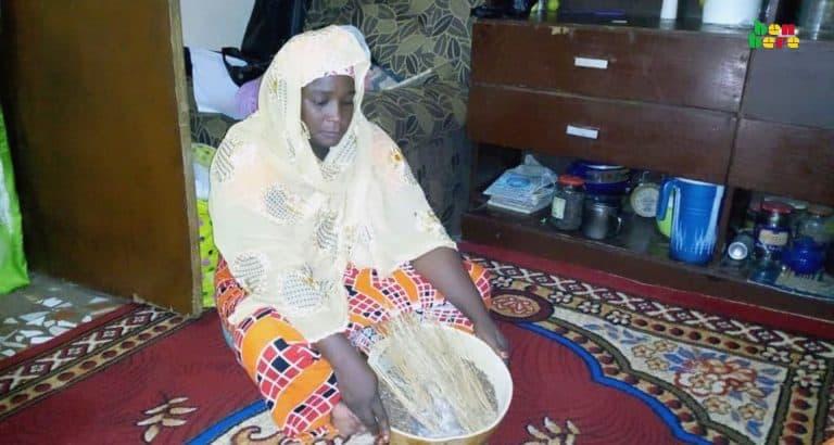 jeunes mariées Magnambaga Femme_afrodisiaque_ salon_maison_encens_canape_moquette_Bamako_Mali