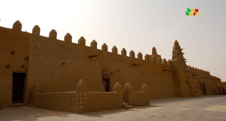 touristes tombouctou mosquée_djingareyber_site_touristique_Tombouctou_Mali