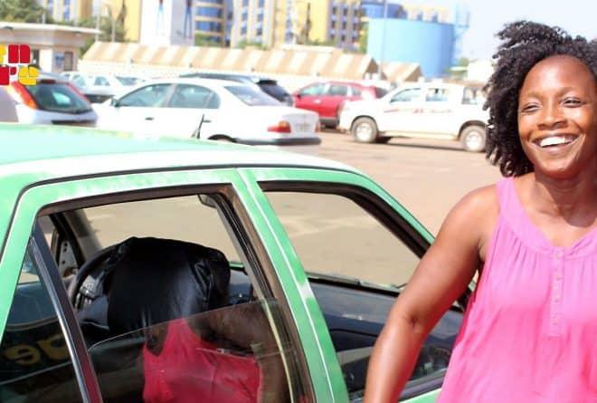 Biba, première et unique « taxiwoman » du Burkina Faso