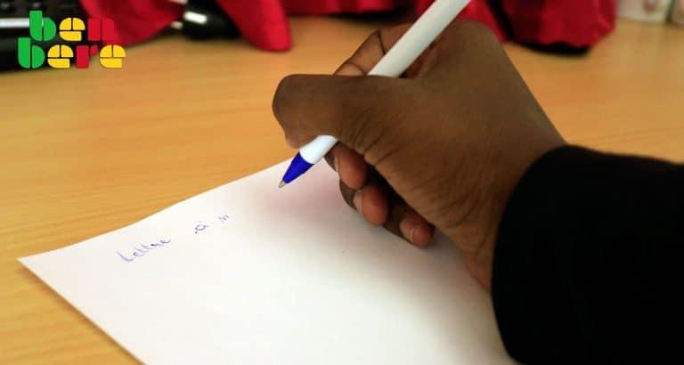 lettre futur mari Jeune_dame_stylo_papier_lettre_Bamako_Mali