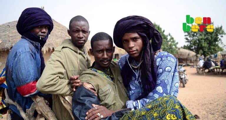 centre mali peul jeunes_hommes_peulhs_village_Mopti_Mali