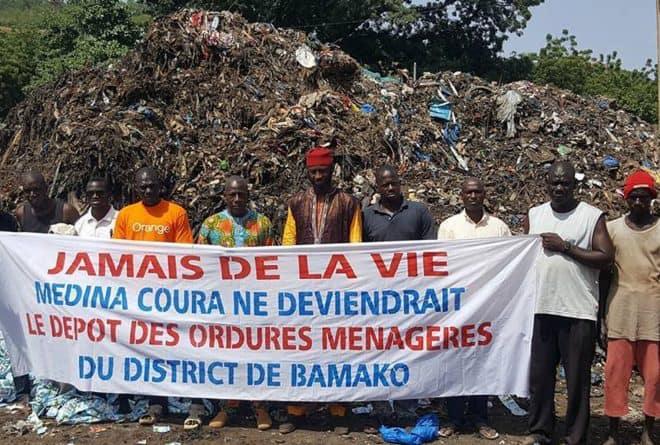 L'école Place de la République à Bamako, entre tas d'ordures et étals de commerce