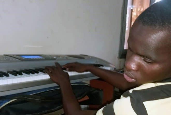 Lamine Diabaté, pianiste et non-voyant