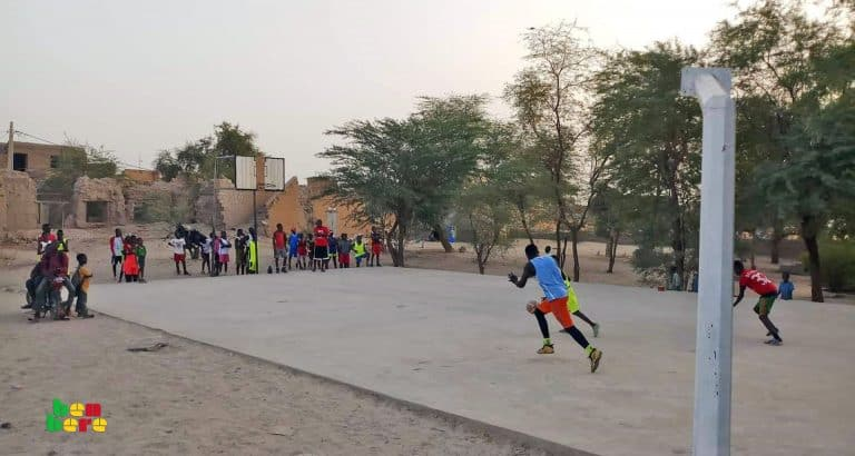 #LaissezNousJouer : à Mopti, jeunes basketteurs cherchent terrain désespérément