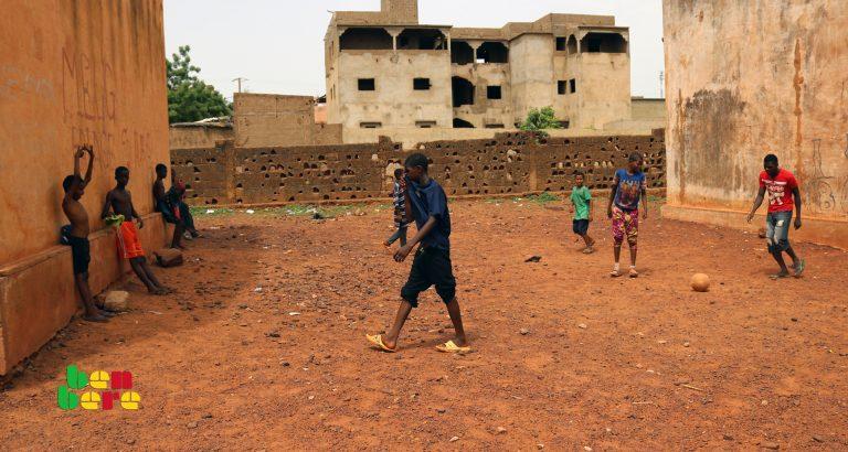 #LaissezNousJouer : à Sebenikoro, la cour d'une école transformée en terrain de sport
