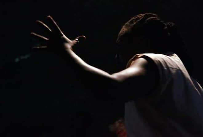 « Cousu main » :  le calvaire des victimes de viol de guerre sur les planches