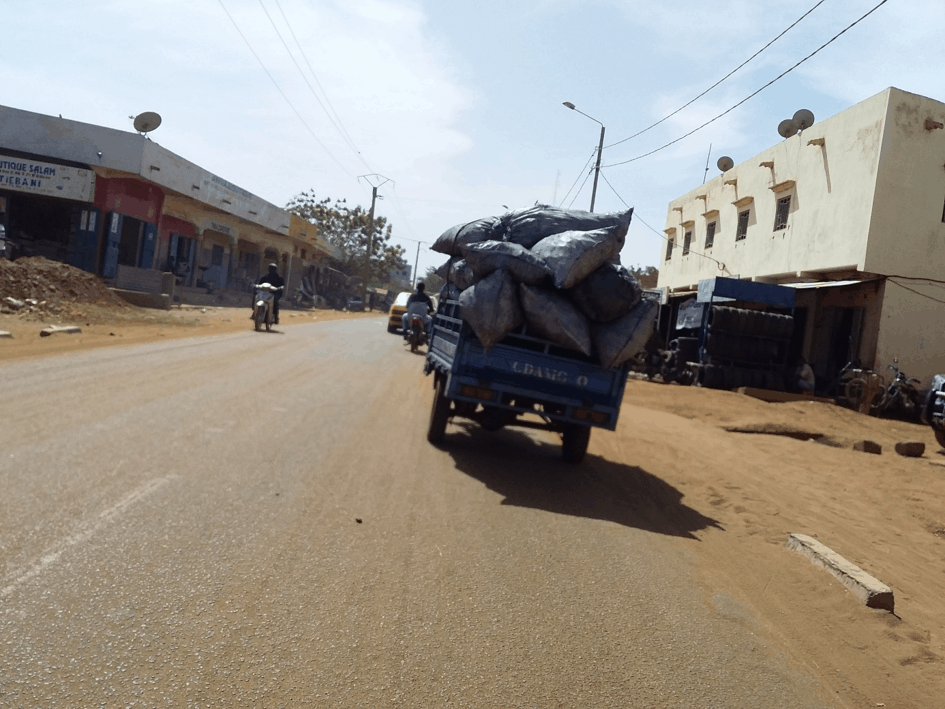 Un Tricycle chargé de sacs de charbon dans la  circulation à Bamako. Crédit photo : Fousseni Togola