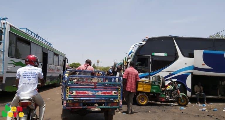 Coronavirus : à Bamako, des jeunes volontaires sensibilisent dans les marchés et les gares routières