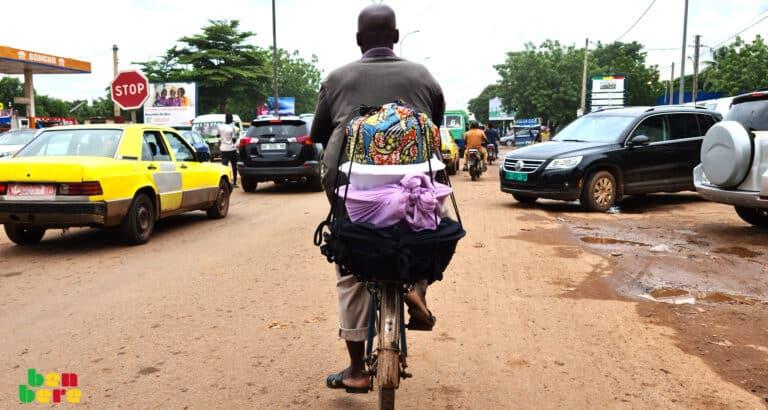 Livraison à vélo: un métier en voie de disparition à Bamako